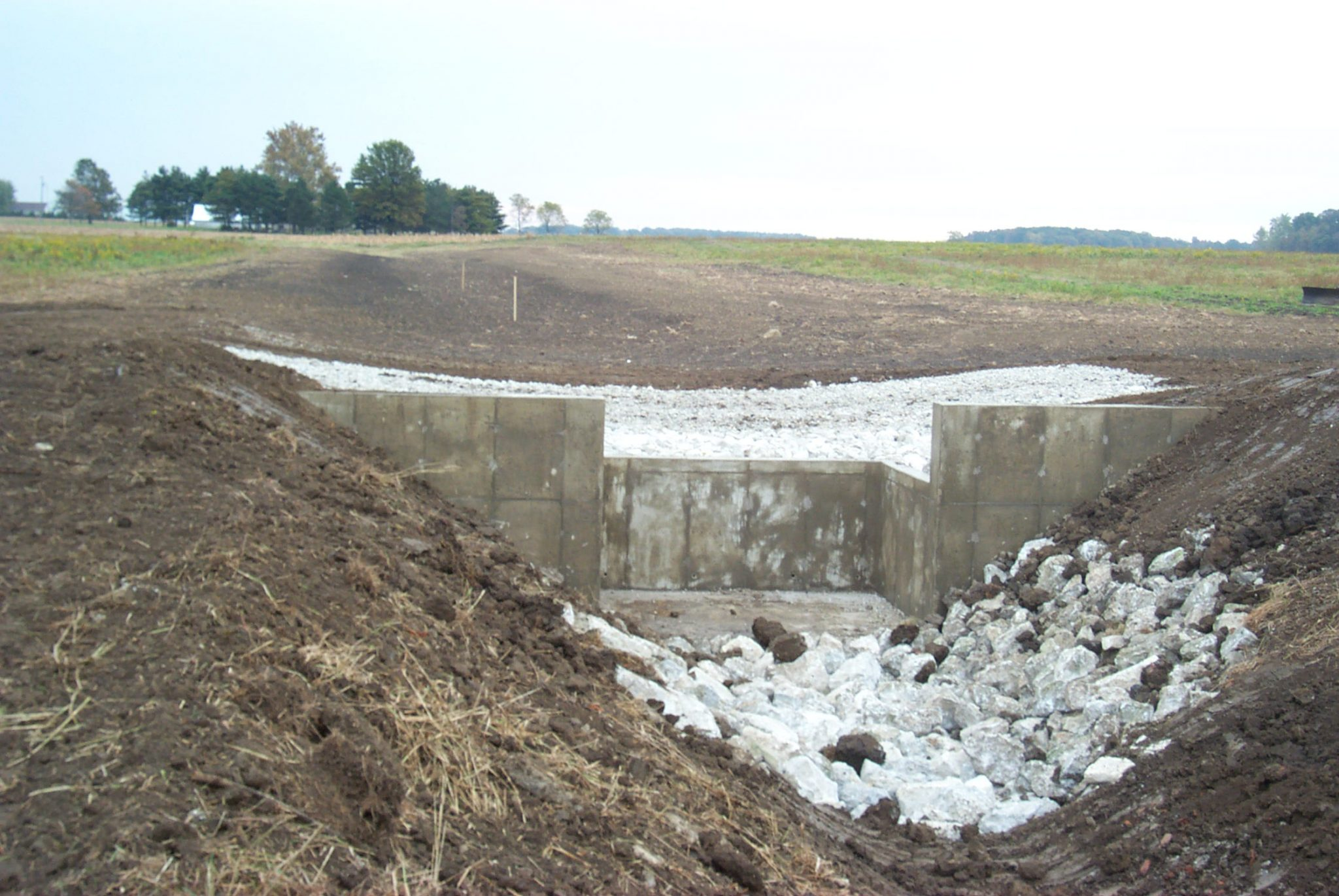 ww structure, concrete wall in a ditch